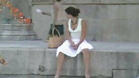 Ein Mädchen in einem weißen Kleid schiebt Eiter alte oma sex video auf den Dildo, der am Simulator befestigt ist.