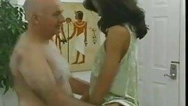 Mann isst ein schwarzes Kleid auf einem riesigen auf alt jung sex video dem Küchentisch