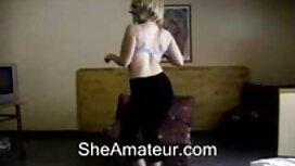 18 jahre alt, in einem grünen Bikini, jung, ein reife frauen sex video Mann auf einer gelben Couch.
