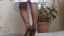 Eine junge sex videos jung und alt Frau in Weiß, Gurken Kegel zu bringen und es in die Vagina.