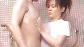 Sie hat kurze Haare legte Hand in sex mit älteren frauen video pussy im Badezimmer