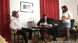Ein Mann in einem blauen Hemd massierte auf reife frauen porno video der Couch.