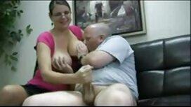 Drei schwarze Frauen streicheln ihre Kleidung, und wiederum mit einem Mann in einem weißen reife frauen porno video Mantel