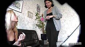 Lesben haben porno free reife frauen eine Orgie im Badezimmer.