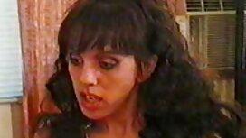 Eine russische Schlampe Irina Labor zeigt Titten und reibt sie mit sex video alt Öl.