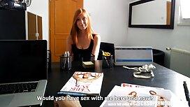 Schwarz gebratener Reis Schokolade Füllung zwei Fässer auf dem reife frauen gratis video sofa