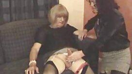 Eine Magd in einem alt jung sex video rosa Hemd, ein glatzköpfiger Chef und gibt ihm ein Pferd.