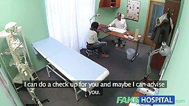 Solider Mann, der seine reife frauen nackt videos Freundin vor der Kamera ist.