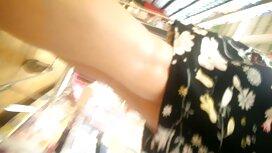 Hellbraune Haare mit einem Tattoo auf Körper posiert vor der Kamera. reife damen kostenlos erotische videos