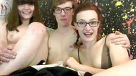 Russische Mädchen in rosa Kleid und sex video alte Strumpfhosen wird gefickt und saugt